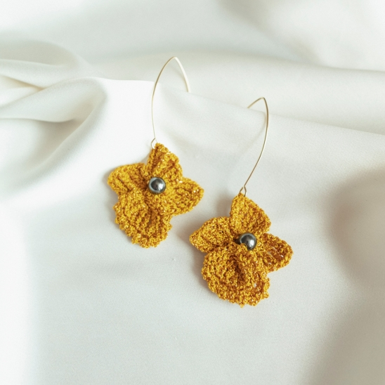 Golden flower with black pearl knit earring