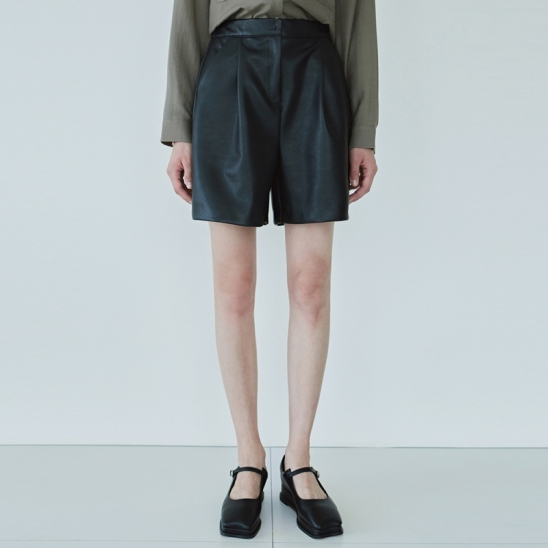 LEATHER PINTUCK SHORT_BLACK