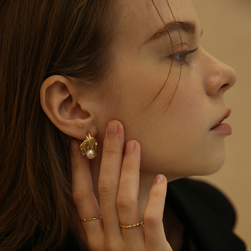 Pearl in the shell earring E014