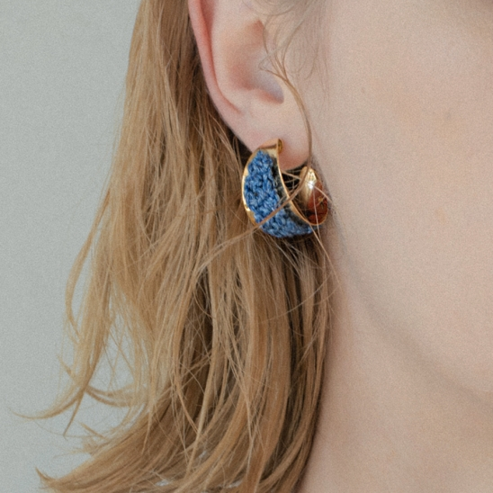 Knitted texture bold curve earring (Denim)