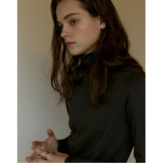 BACK STITCH POINT TURTLE-NECK TOP_CHARCOAL